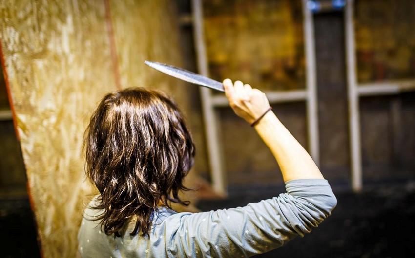 Bərdədə baldız yeznəsini bıçaqlayıb