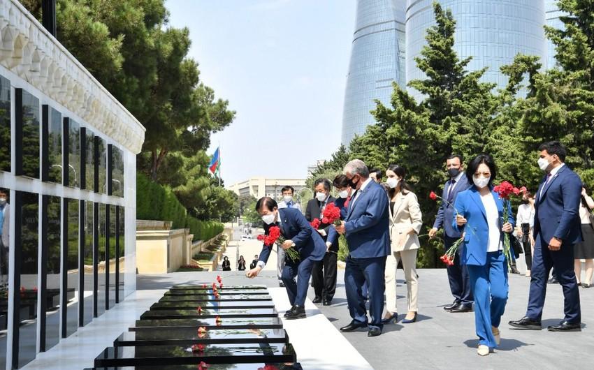Koreya Milli Assambleyasının sədri  Şəhidlər xiyabanını ziyarət edib