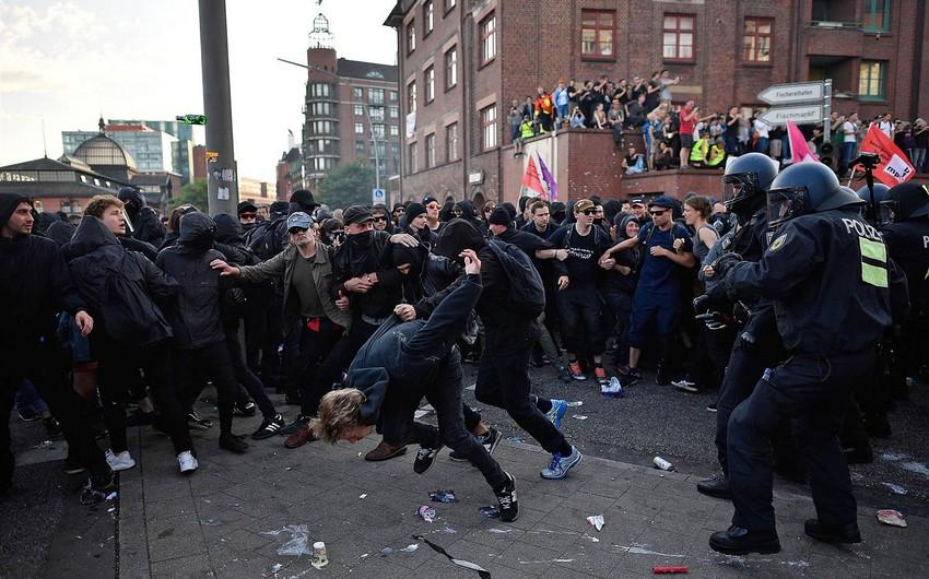 Hamburqda polis nümayişçilərə qarşı gözyaşardıcı qazdan istifadə edib - VİDEO