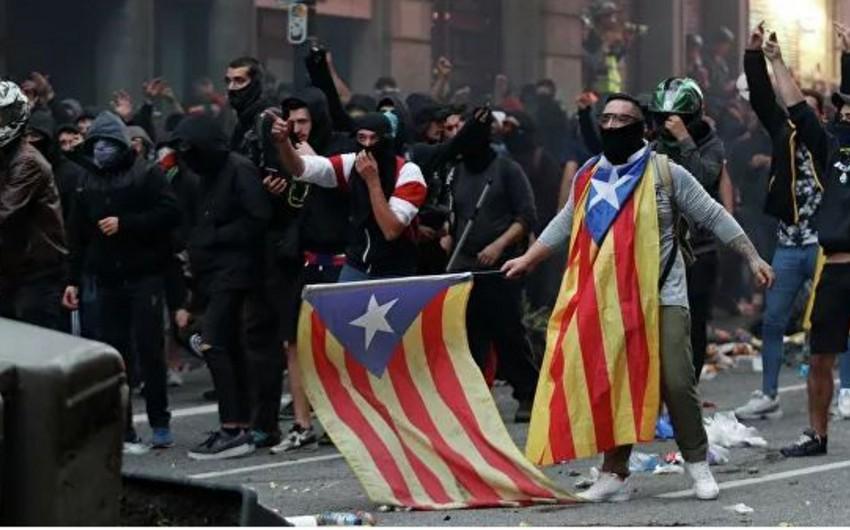 Свыше 20 человек пострадали при столкновении полиции и протестующих в Испании