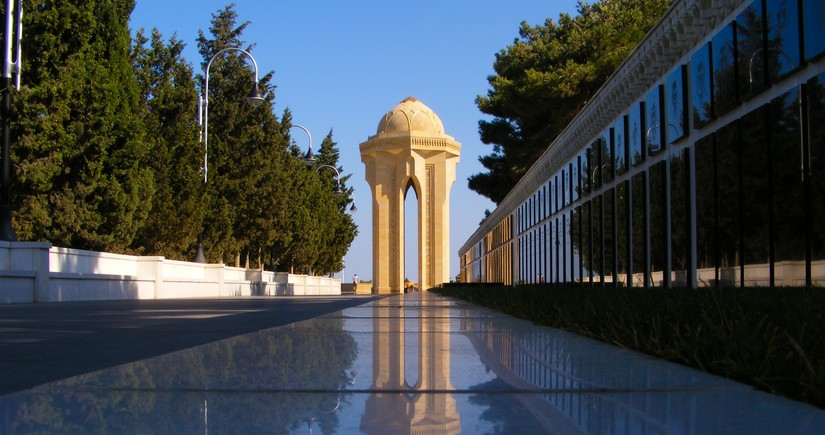 Жители Азербайджана посещают Аллею шехидов