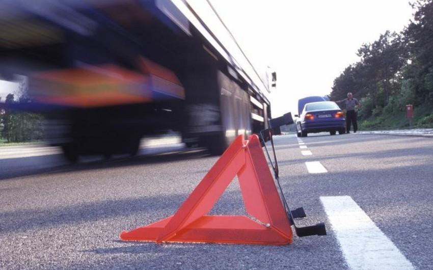 В Шеки автомобиль врезался в городские ворота, есть погибший и раненый