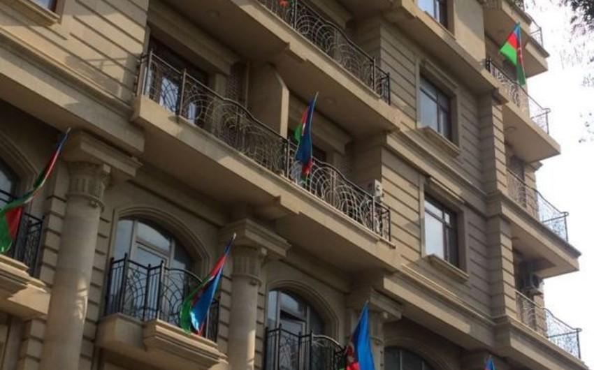 Səbaildə binalardan biri Azərbaycan bayrağı ilə bəzədilib - FOTOREPORTAJ