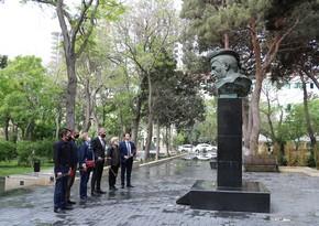 В Баку состоялась церемония возложения цветов к Монументу памяти 1941-1945 годы