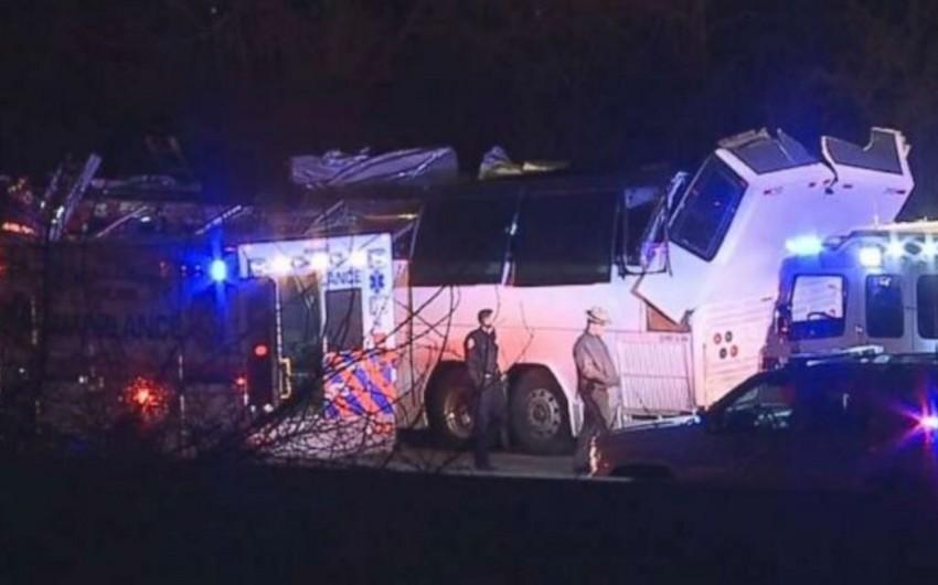В США автобус со школьниками врезался в эстакаду, 40 человек пострадали - ВИДЕО