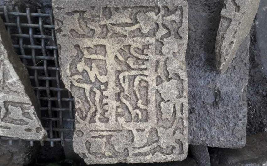 Qubada üzərində təsvirlər olan qədim daş lövhə tapılıb - VİDEO - YENİLƏNİB