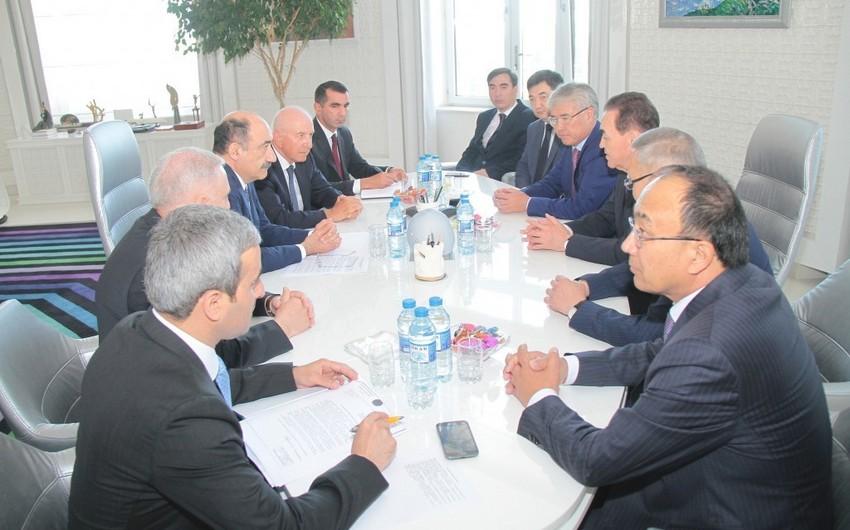Əbülfəs Qarayev Qazaxıstan nümayəndə heyəti ilə görüşüb