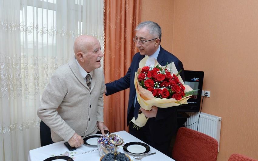 SOCAR rəhbərliyi qocaman neftçini 90 illik yubileyi münasibəti ilə təbrik edib