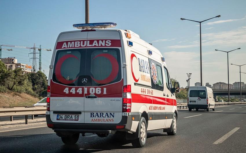 Türkiyədə mikroavtobus qəzaya uğradı, ölən və yaralananlar var