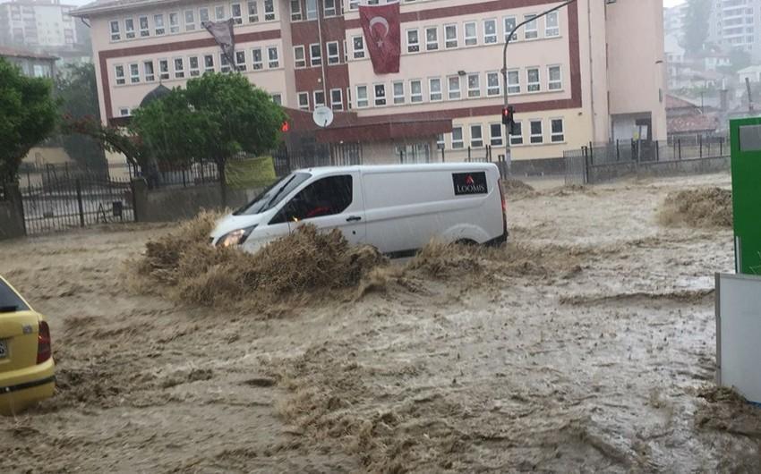 Ankarada sel: 6 nəfər xəsarət alıb - VİDEO