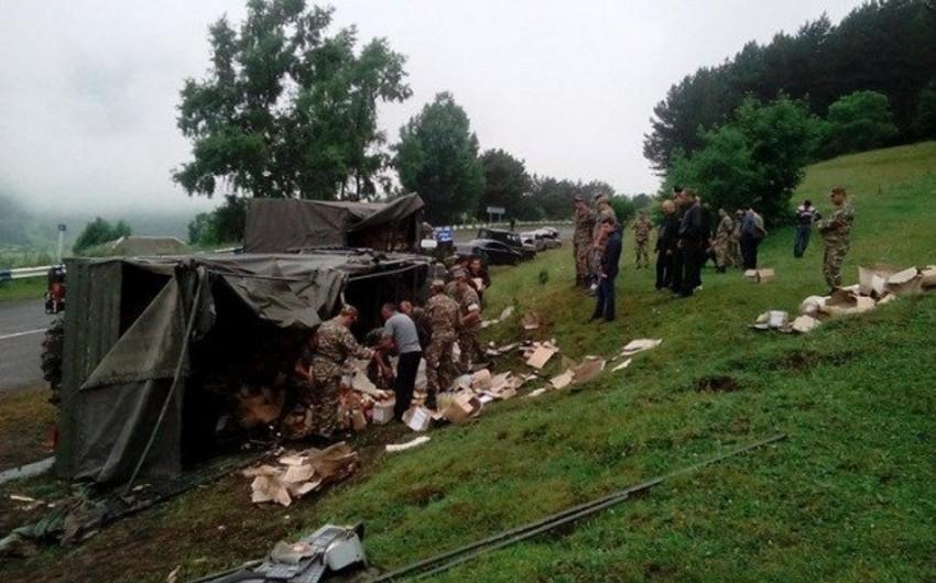 Ermənistanda hərbçilərin yük avtomobili aşıb, iki hərbçi yaralanıb