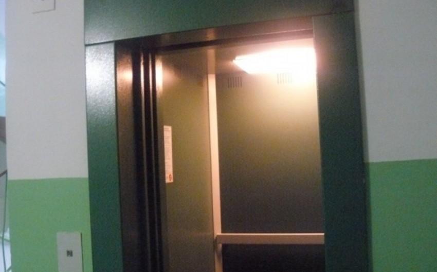 Paytaxtda liftdə köməksiz vəziyyətdə qalan 2 nəfər xilas edilib