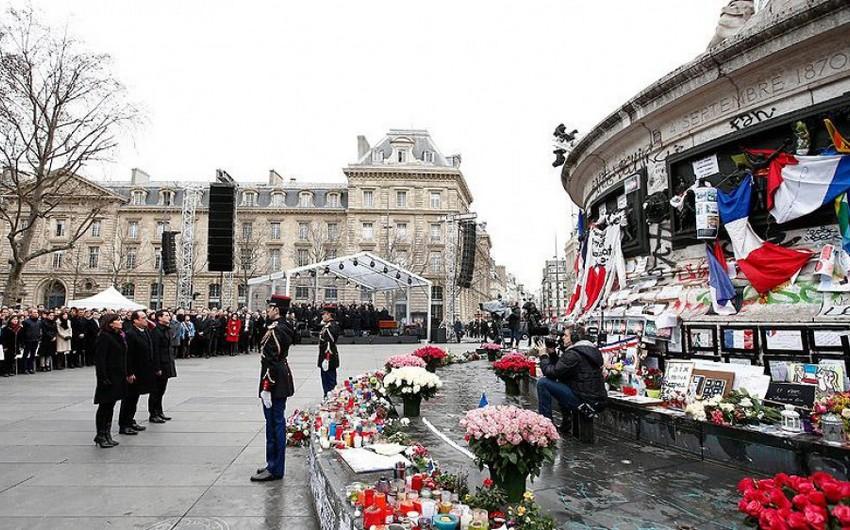 Parisdəki terror hücumlarında həyatını itirənlərin xatirəsi anılıb