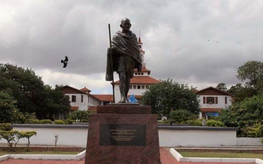 Африканцы обвинили Махатму Ганди в расизме и снесли его памятник
