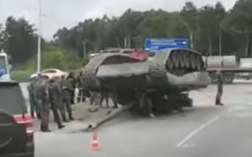 Rusiyada tank avtomobil yolunda aşıb