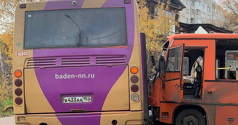 Rusiyada yük avtomobili iki avtobusla toqquşub, onlarla insan xəsarət alıb