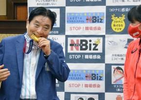 Olimpiya medalını dişləyən şəhər meri 3 aylıq maaşından imtina edib