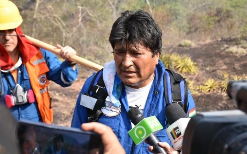 Boliviya prezidenti meşə yanğınlarının söndürülməsində iştirak edib