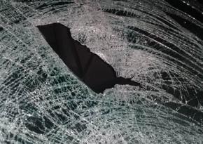 В Баку автомобиль врезался в железное ограждение, есть погибший