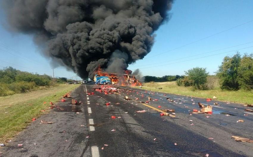 Meksikada avtosisternlə avtobus toqquşub, ölən və yaralananlar var - VİDEO