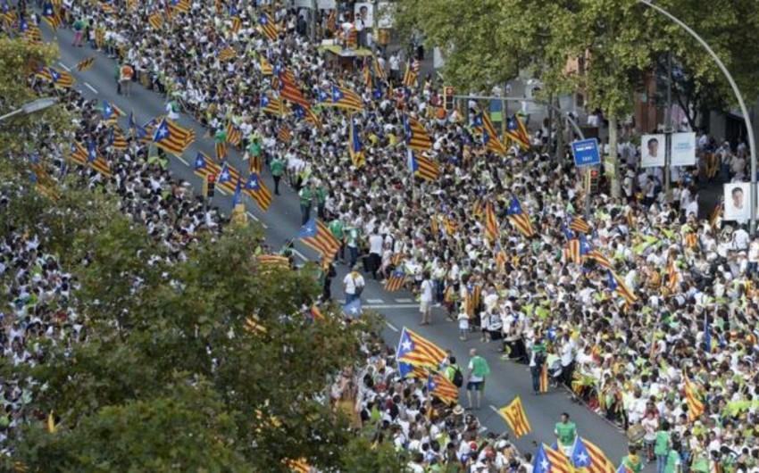 Yüzminlərlə insan Kataloniya vilayətinin İspaniyadan ayrılmasını tələb edib