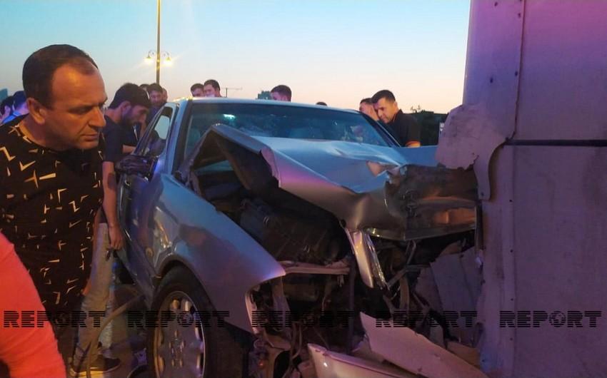 В Баку автомобиль врезался в бетонное ограждение, есть пострадавший
