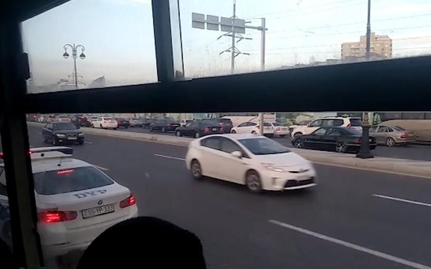 Babək prospektində avtobus sürücüləri əks yola çıxdı, onları Vaqif Əsədov saxladı - VİDEO