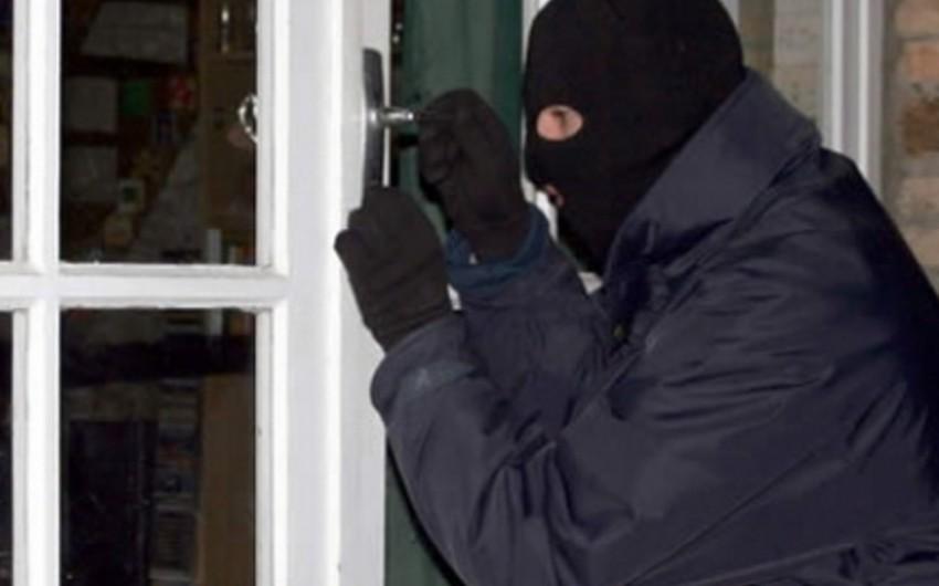 В Азербайджане задержан мужчина, укравший из дома директора школы золотые изделия на 30 тыс. манатов