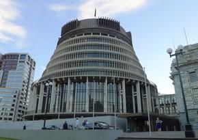 Yeni Zelandiyada parlamentin qapılarını balta ilə qıran şəxs saxlanılıb