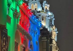 Perunun dövlət binaları Azərbaycan bayrağının rəngləri ilə işıqlandırılıb