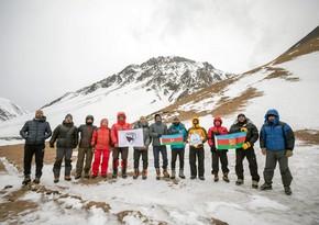 Высоте восточнее вершины Базардюзю присвоено название Зефер зирвеси