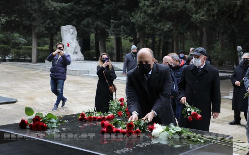 Руководство Минкультуры посетило могилу композитора Кара Караева