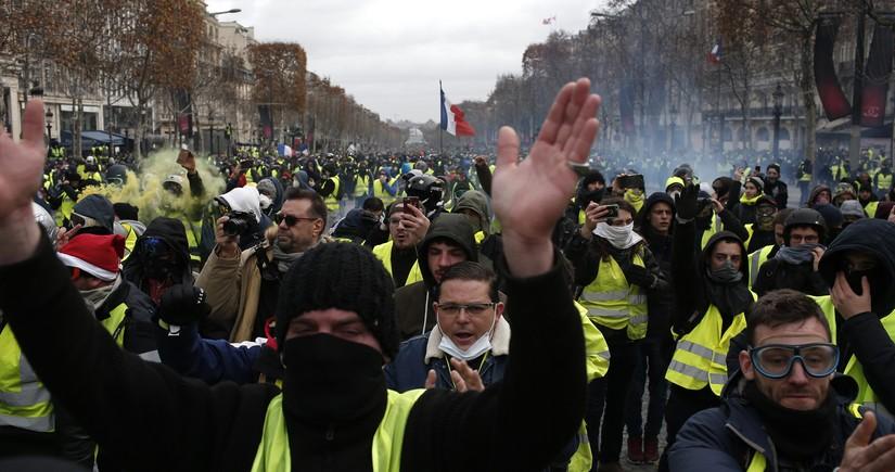 Fransada etiraz aksiyasında qarşıdurmalar olub, polis əməkdaşları xəsarət alıb