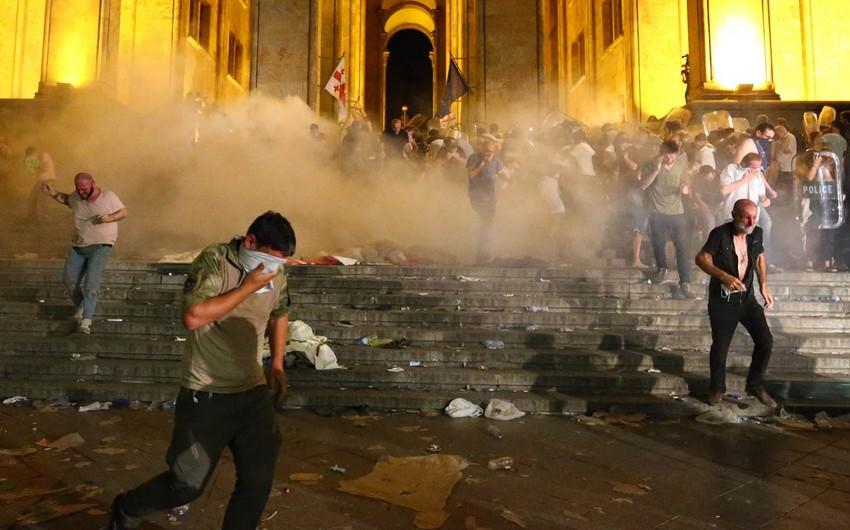 Gürcüstan DİN: Tbilisidə etiraz aksiyası zamanı 305 iştirakçı saxlanılıb