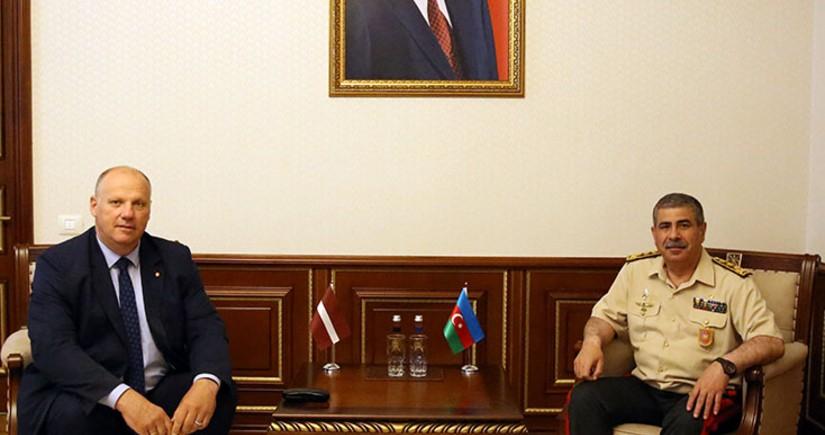 Министр обороны Азербайджана встретился с членом делегации Латвии в ПА НАТО