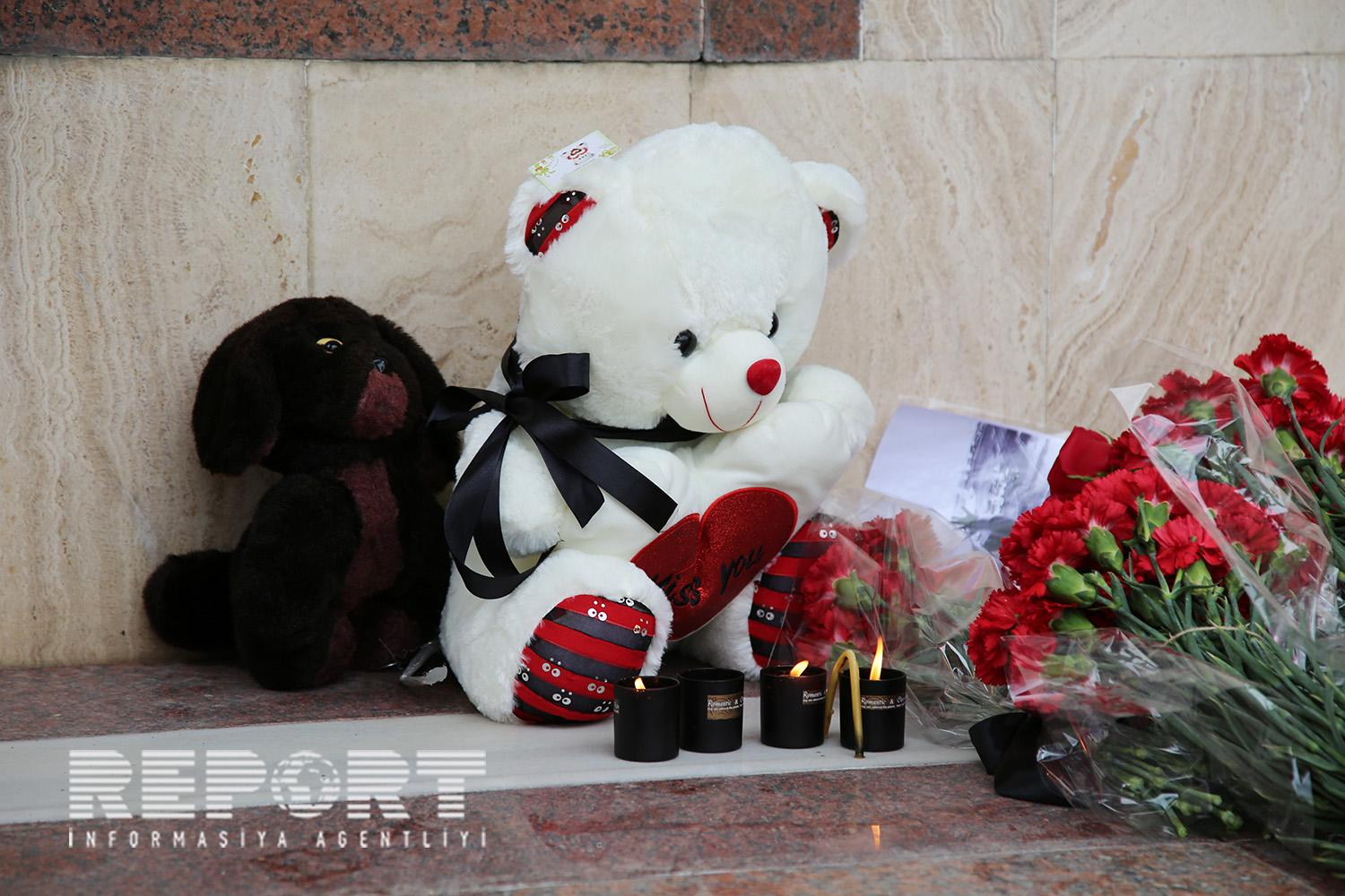 Baku residents bring flowers to Russian embassy - PHOTOS