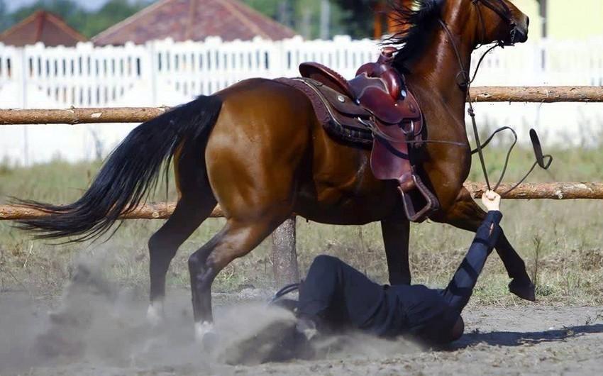 Bakıda at 20 yaşlı oğlanı sürüyüb