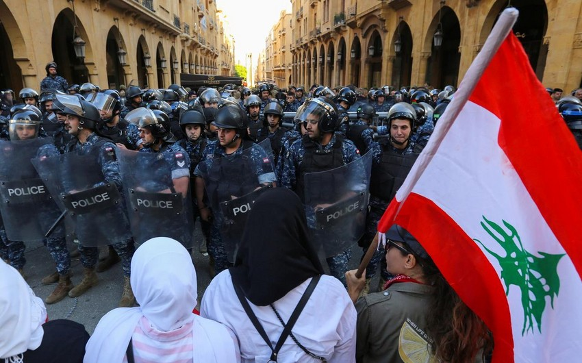 Lebanese protesters block parliament session