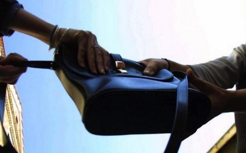 Astarada qadının içində pul olan çantası oğurlanıb