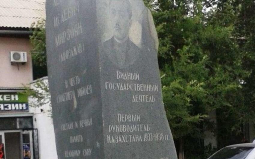 Qazaxıstanın Aktobe şəhərinin sakinləri Levon Mirzoyanın abidəsinin sökülməsini tələb edirlər