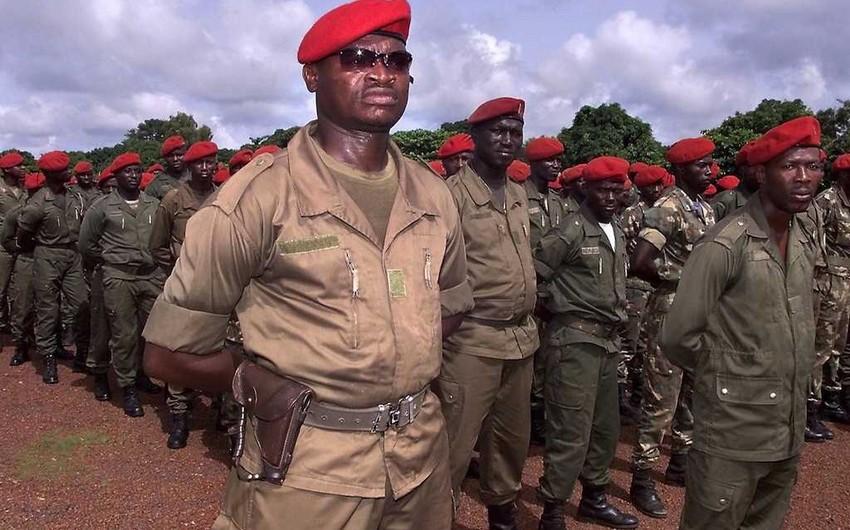 Qvineyada əvvəlki hökumət dövründə xidmət edən 44 hərbçi xidmətdən azad olunub