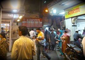 В индийском Дели открываются рестораны и магазины