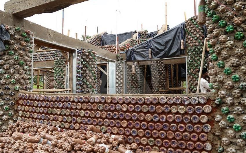 Nigeriyalı memar plastik butılkalardan ev tikib