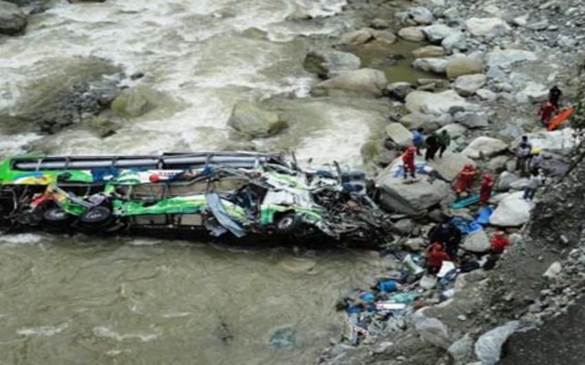 Ekvadorda avtobusun çaya aşması nəticəsində 9 məktəbli ölüb