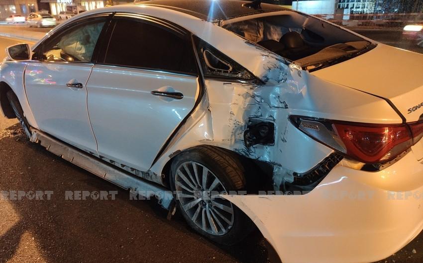 В Баку автомобиль врезался в фонарный столб