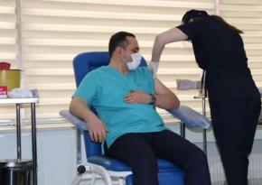 Ramin Bayramlı və Zaur Əliyev COVID-19 peyvəndinin ikinci dozasını vurdurub - YENİLƏNİB