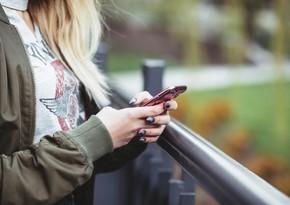 Azərbaycanda mobil telefondan istifadə edən qadınların sayı açıqlandı