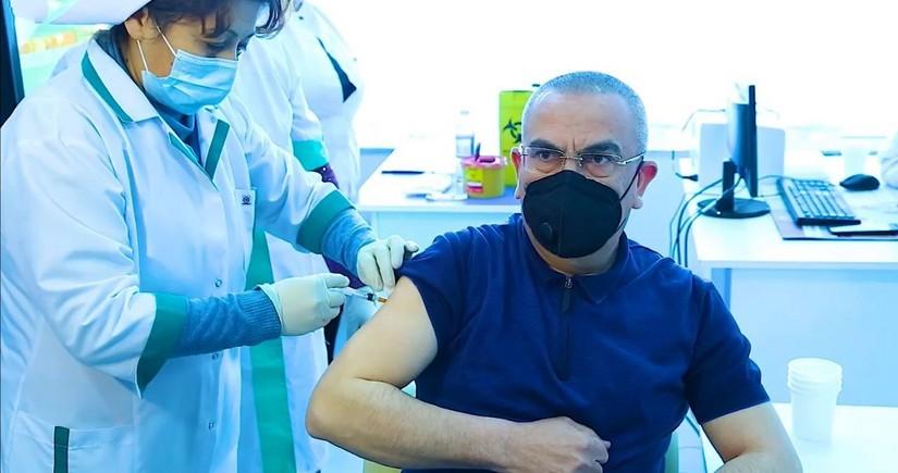 В Шамкире глава ИВ первым вакцинировался от COVID-19