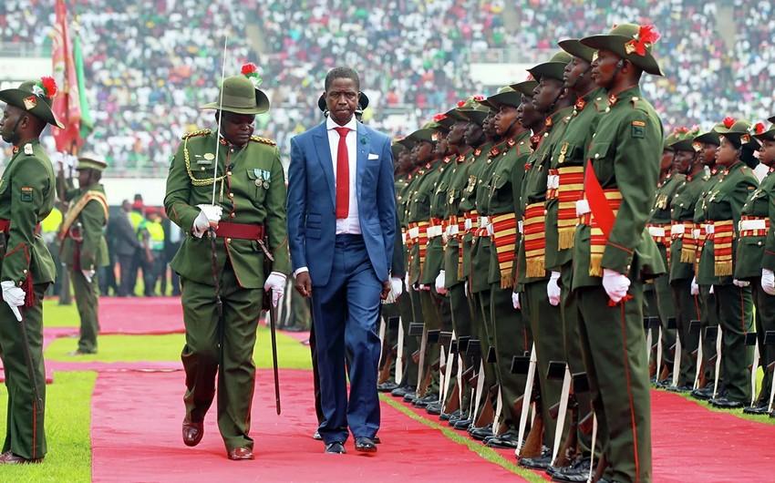 Zambiyanın prezidenti paradda huşunu itirib