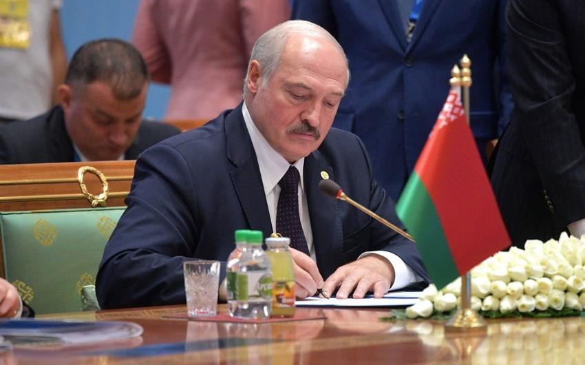 """Aleksandr Lukaşenko: """"Belaruslular meydanı deyil, sexdə işləməyiseçdilər"""""""